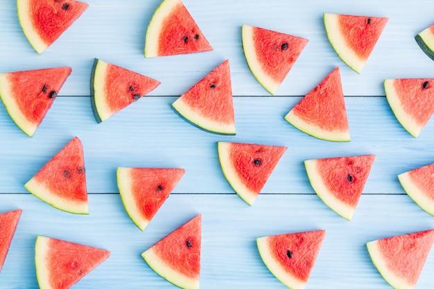 Wassermelonenscheibe auf purplehearthintergrund Premium Fotos