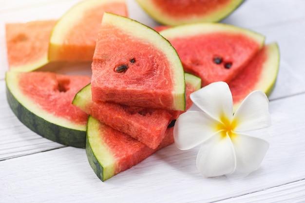Wassermelonenscheiben und weiße blume Premium Fotos