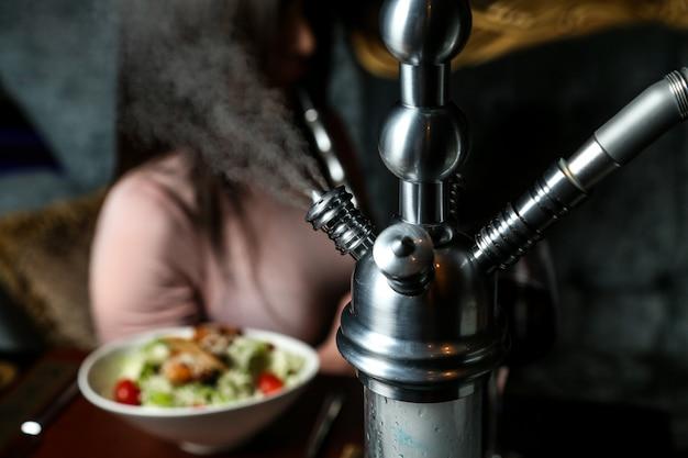 Wasserpfeife beim rauchen auf dem tisch nahaufnahme Kostenlose Fotos