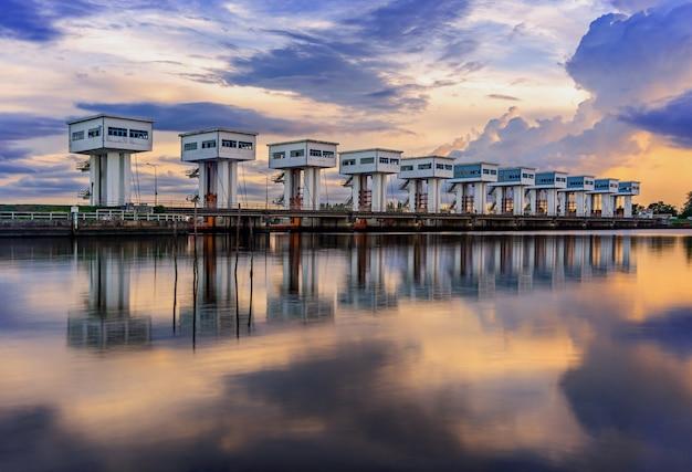 Wassersperre mit farbe des wolkenhimmels und -flusses Premium Fotos