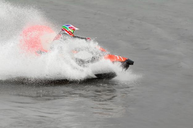 Wasserstrahlschifahren auf dem see am sonnigen tag. Premium Fotos