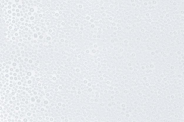 Wassertropfen auf einer weißen fläche Premium Fotos