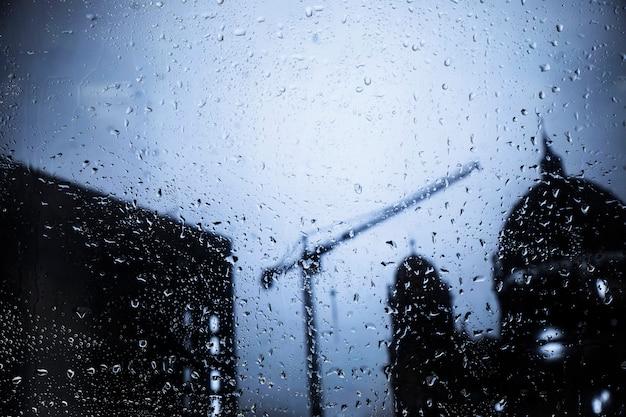 Wassertropfen auf städtischem hintergrund Kostenlose Fotos