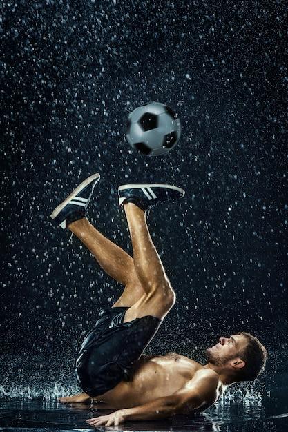 Wassertropfen um fußballspieler Kostenlose Fotos