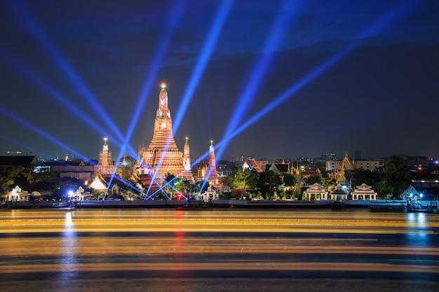 Wat arun und laserstrahl zeigen unter feier des neuen jahres in bangkok, thailand Premium Fotos