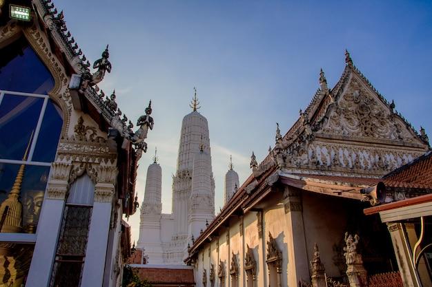 Wat mahathat woravihara petchburi ist der alte tempel in thailand. Premium Fotos