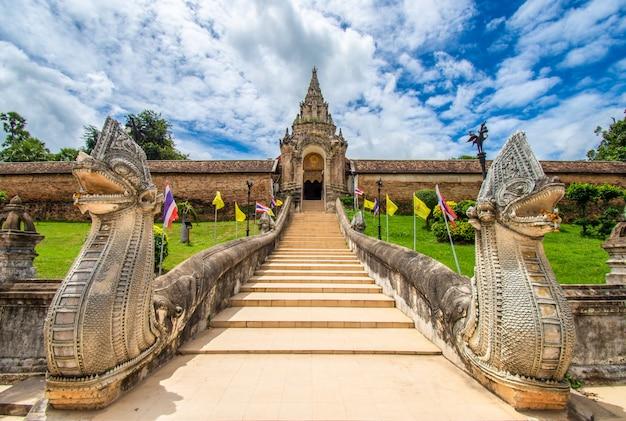 Wat phra that lampang luang ist ein buddhistischer tempel im lanna-stil. es ist ein favorit von touristen in der provinz lampang, thailand. Premium Fotos