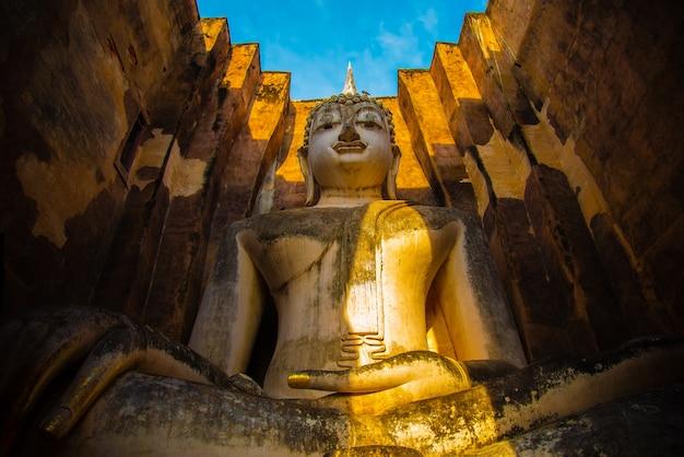 Wat si chum in historischem park sukhothai ist eine große statue der historischen stätte von buddha phra achana sukhothai in asien thailand. Premium Fotos