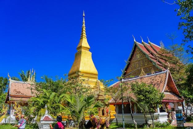 Wat thai wang kham tempel wahrzeichen bei khao wong in der provinz kalasin Premium Fotos