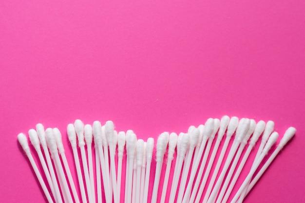 Wattestäbchen auf rosa hintergrund. Premium Fotos