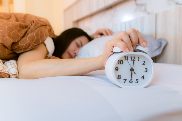 Wecker, der morgens im schlafzimmer aufwacht Premium Fotos