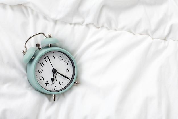 Wecker im bett zu hause. morgens Premium Fotos