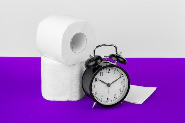 Wecker mit toilettenpapier Premium Fotos