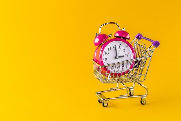 Wecker und mini trolley cart mit space copy Premium Fotos
