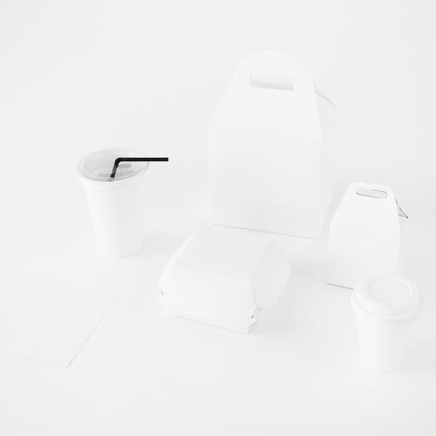 Wegwerfschalen- und lebensmittelpaketspott oben auf weißem hintergrund Kostenlose Fotos