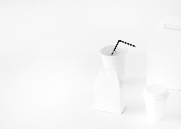 Wegwerfschalen- und -nahrungsmittelpaket lokalisiert auf weißer oberfläche Kostenlose Fotos