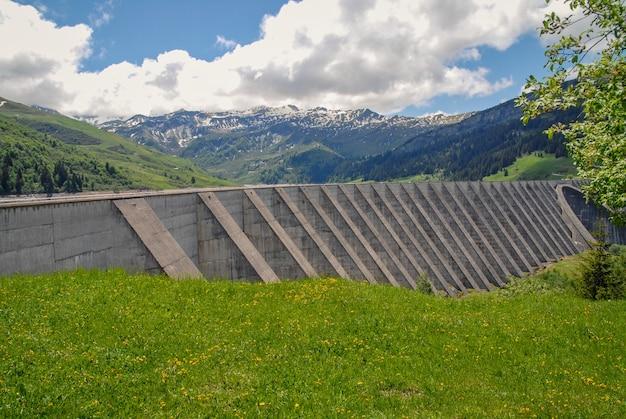 Wehr und see von roselend in den französischen alpen Premium Fotos