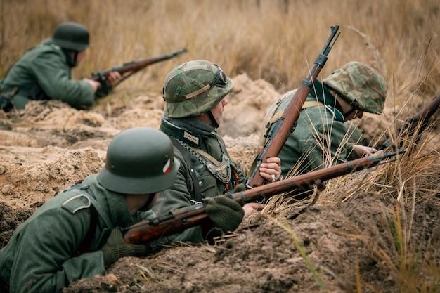 Wehrmachtssoldaten in den schützengräben verteidigen. gomel, weißrussland Premium Fotos