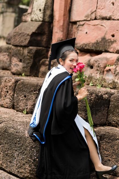Weibliche absolventen des portraits tragen blaue staffelung. Premium Fotos
