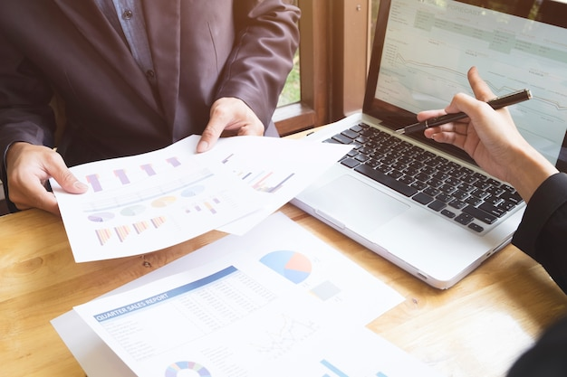 Weibliche analyse finanzierung zusammenarbeit tech touchpad Kostenlose Fotos