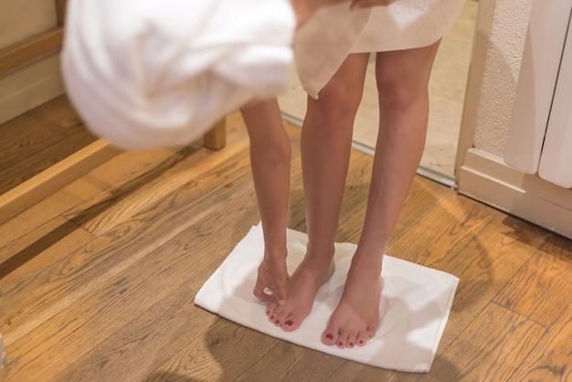 Weibliche beine im badetuch. Premium Fotos