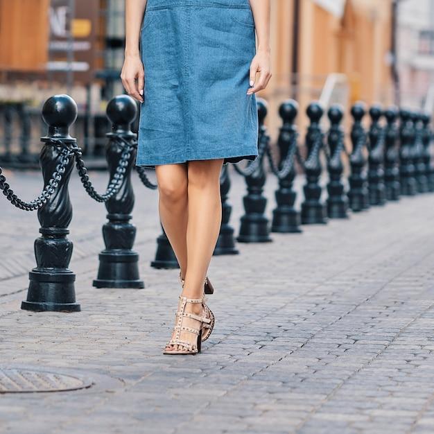 Weibliche beine im jeansrock Premium Fotos