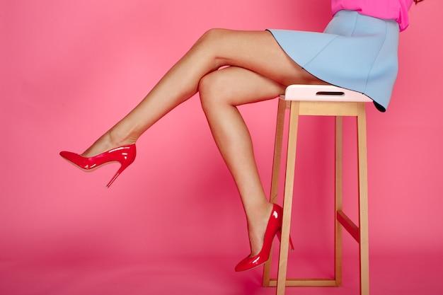 Weibliche beine mit roten fersen Premium Fotos
