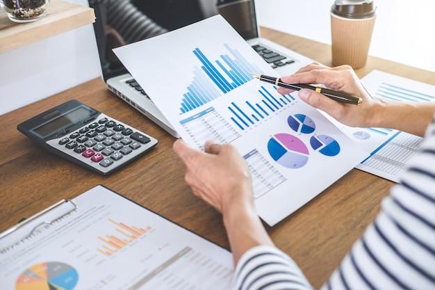 Weibliche buchhalterrechnungen, prüfung und analyse von finanzdiagrammdaten mit taschenrechner und laptop Premium Fotos