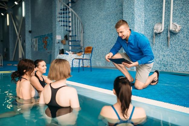 Weibliche fitnessklasse mit trainer, aqua-aerobic Premium Fotos