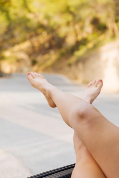 Weibliche füße aus maschinenstamm heraus Kostenlose Fotos