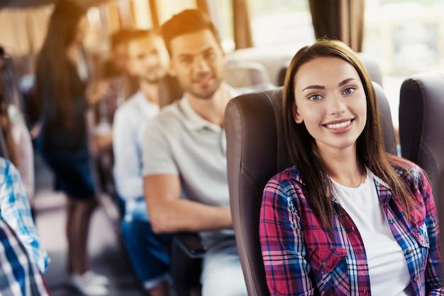 Weibliche gastgeberin kümmert sich um kunden auf reisen. Premium Fotos