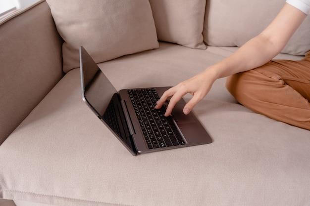 Weibliche hände, die auf einem laptop tippen. Premium Fotos