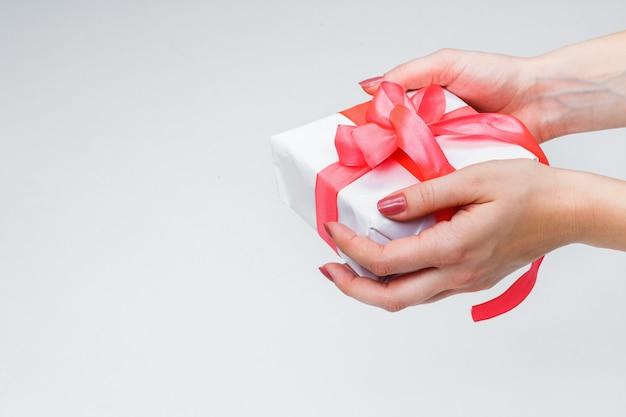 Weibliche hände, die geschenkbox halten Kostenlose Fotos
