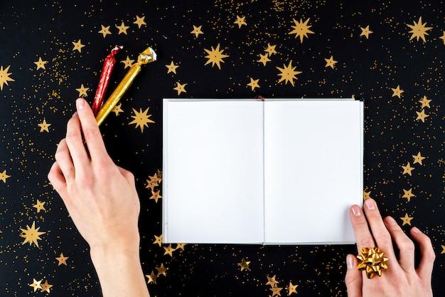 Weibliche hände, die weihnachtsgrußbrief schreiben Premium Fotos
