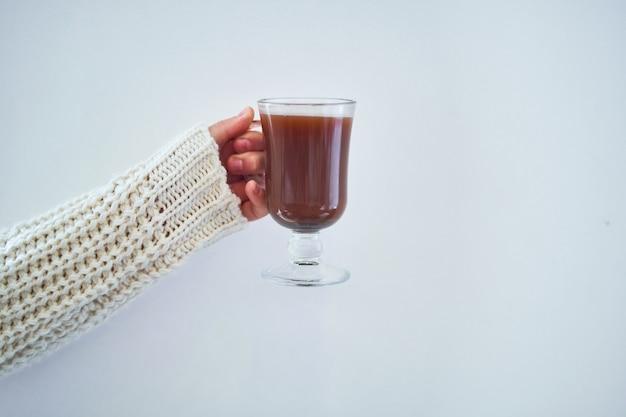 Weibliche hände mit tasse heißem kakao Premium Fotos
