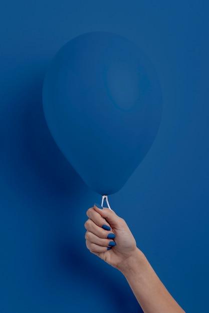 Weibliche hand, die ballon hält Kostenlose Fotos