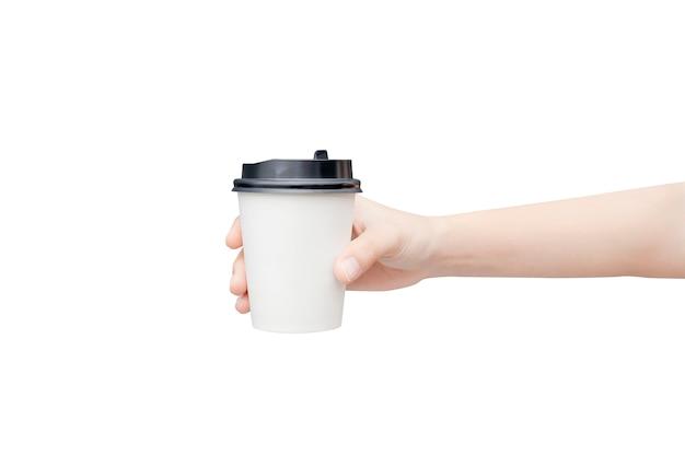 Weibliche hand, die eine kaffeepapiertasse auf weiß hält Premium Fotos