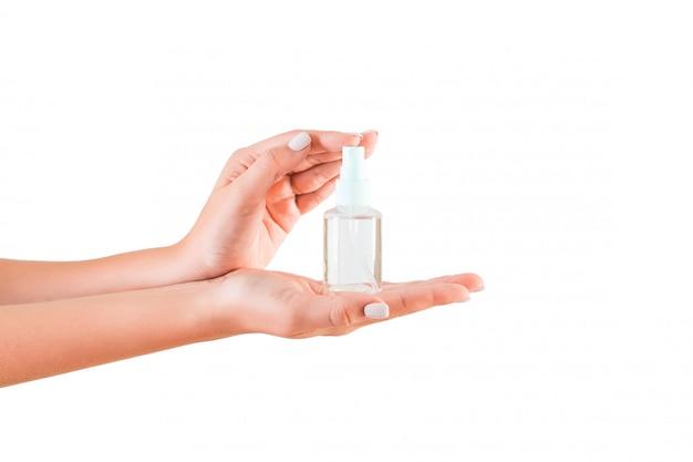 Weibliche hand, die sahneflasche lotion hält Premium Fotos