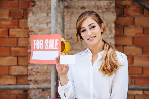 Weibliche immobilienmakler auf der baustelle Kostenlose Fotos