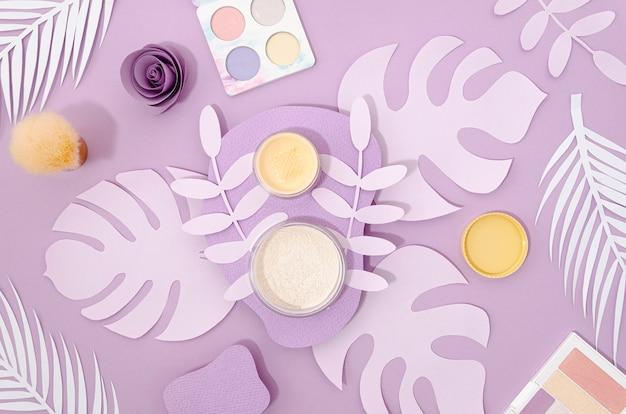 Weibliche kosmetik auf purpurrotem hintergrund Kostenlose Fotos