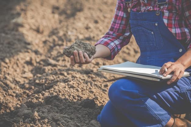 Weibliche landwirte erforschen den boden. Kostenlose Fotos