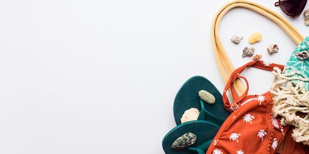 Weibliche mode-accessoires des strandes mit copyspace Premium Fotos