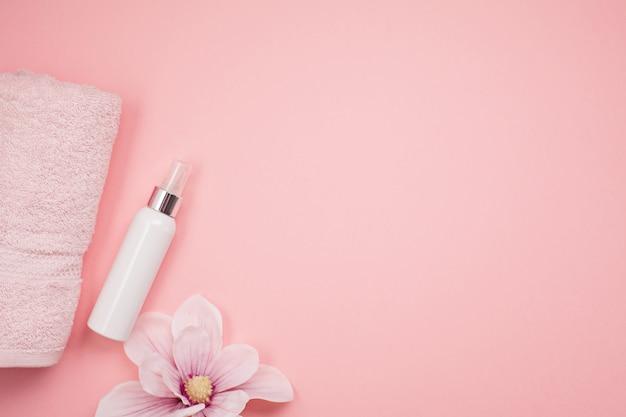Weibliche schönheits- und badekurortprodukte, -werkzeuge und -kosmetik über dem rosa hintergrund Premium Fotos