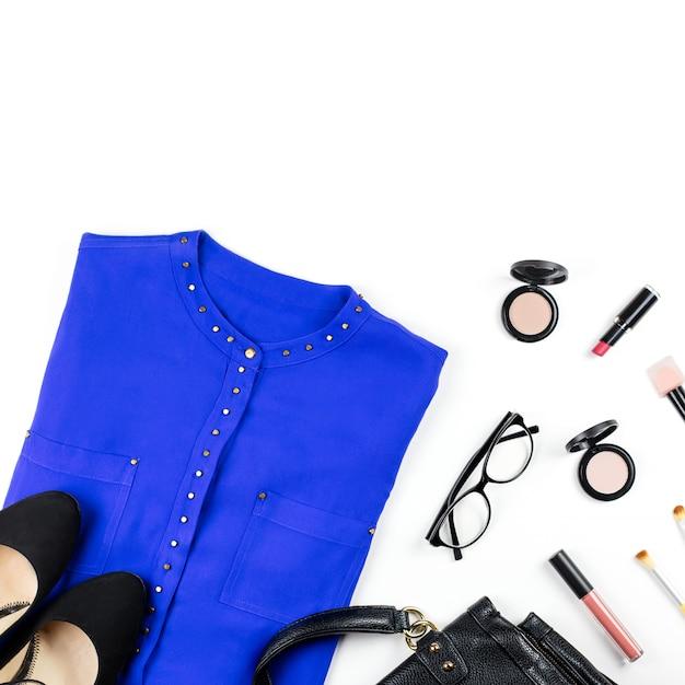 Weibliche smart casual style kleidung und accessoires - lila hemd, schwarze handtasche, modeaccessoires, make-up-artikel Premium Fotos