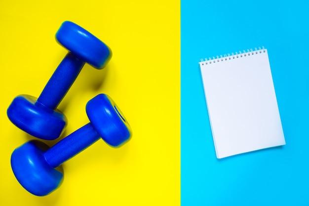 Weibliche sportschuhe und draufsicht der ausrüstung, kopienraum. aktiver lebensstil, körperpflegekonzept. Premium Fotos