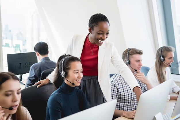 Weibliche supervisor-trainingsarbeit des afroamerikaners zum multiethnischen team im call-center Premium Fotos