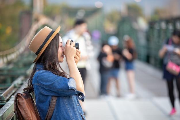 Weibliche touristen, die fotos von der atmosphäre machen Kostenlose Fotos