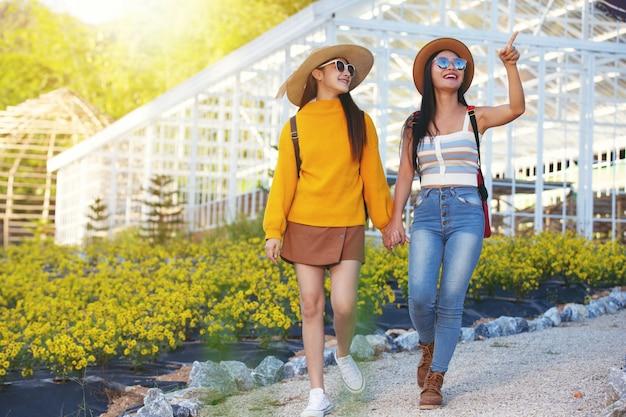 Weibliche touristen gehen arme halten Kostenlose Fotos