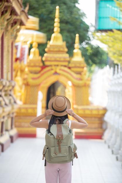Weibliche touristen reisen in tempeln. Kostenlose Fotos