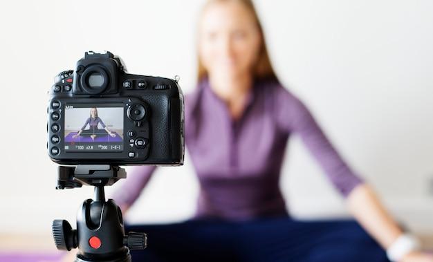 Weibliche vlogger-aufnahme trägt in verbindung stehende sendung zu hause zur schau Premium Fotos